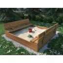 Drewniana piaskownica dla dzieci z ławeczkami